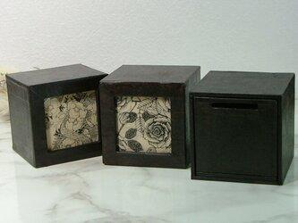 <紙の箱>立方体入れ子貯金箱の画像