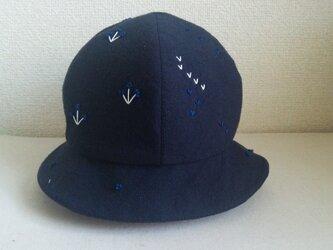 白と青の刺繍の紺色の帽子の画像