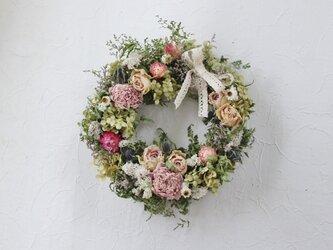 優しいバラと芍薬のリースの画像