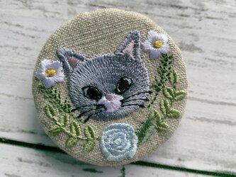 灰色猫とライトブルーのバラ 刺繍のブローチ 丸 リネン 50ミリの画像