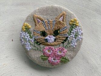 猫のトラちゃんと小花 刺繍のブローチ 丸 リネン 50ミリの画像