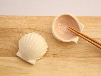 貝殻のはし置き2枚(淡いピンク色)の画像