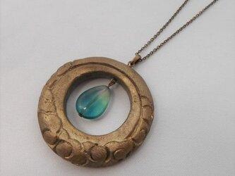 【彫刻】【漆】ペンダント 円 月に雲(錫粉蒔・フローライト)の画像