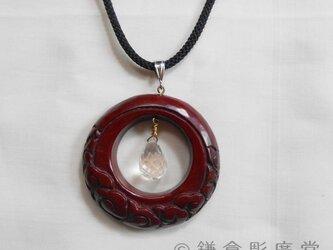【彫刻】【漆】ペンダント 円 月に雲(乾口塗・水晶)の画像
