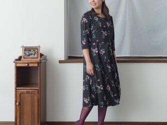 【S】アーミッシュ風シンプルワンピース◇ピンクとブルーの花柄(黒地) 七分袖の画像