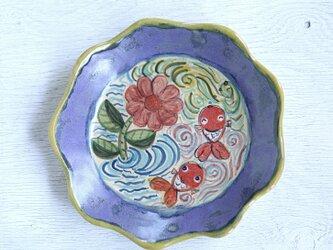 花と金魚絵の菊皿の画像