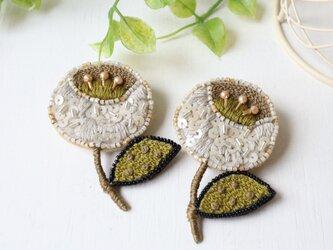 大人可愛いシックな配色、オートクチュール刺繍のお花ブローチ、ララ。の画像