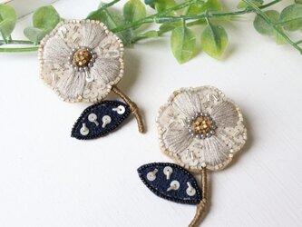 シックな配色、オートクチュール刺繍のお花ブローチ、ミラ。の画像