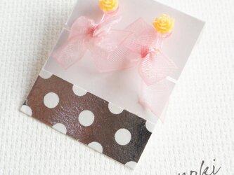 オーガンジーリボンのキッズイヤリング(ピンクリボン×イエロー花)の画像