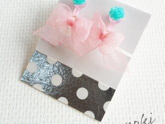 オーガンジーリボンのキッズイヤリング(ピンクリボン×グリーン花)の画像