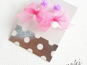 オーガンジーリボンのキッズイヤリング(ピンクリボン×パープル花)の画像