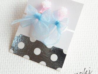 オーガンジーリボンのキッズイヤリング(水色リボン×ホワイト花)の画像