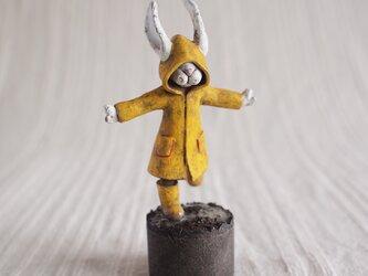 雨に踊れば 塑像の画像