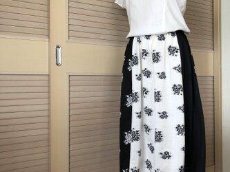 訳あり・送料込・着痩せモノトーンのバラ柄 上品なミモレ丈スカート・ウエストゴムの画像