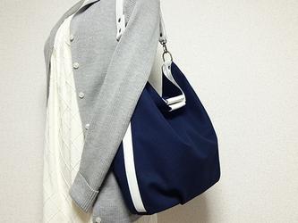 帆布の楕円底ワンハンドルバッグ(紺色×白革)の画像
