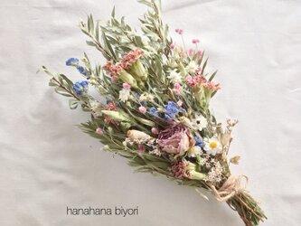 《送料無料》淡いパープルのバラとカーネーションのブーケ・スワッグ ※ラッピングは別途ご購入お願いしますの画像