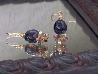 アイオライトと小さな天然石の耳飾りの画像