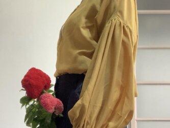 前後2way! なめらか肌触りの バルーン袖ブラウス イエローの画像