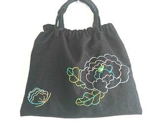 花と蝶の手刺繍バックの画像