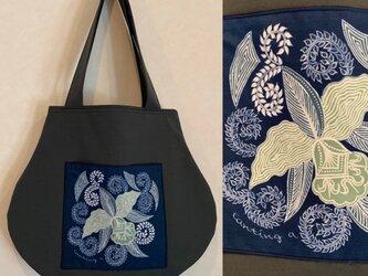 手描き手染めバティックポケットの丸バッグ〜インドネシアの蘭柄ろうけつ染〜の画像