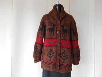 ダークブラウンのカウチン模様の編み込みカーディガンの画像