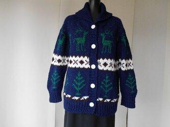 紺色のカウチン模様の編み込みカーディガンの画像