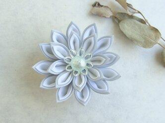 つまみ細工 花の帯飾り 白×アイスブルーの画像