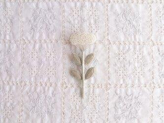 くものようなお花のブローチ しろの画像