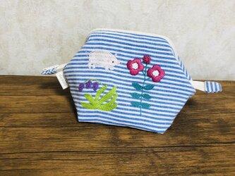豚とお花の刺繍のワイヤーポーチの画像
