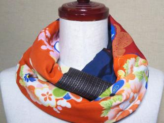 着物リメイク 赤い花模様の長襦袢×紺系大島紬のパッチワークスヌードの画像