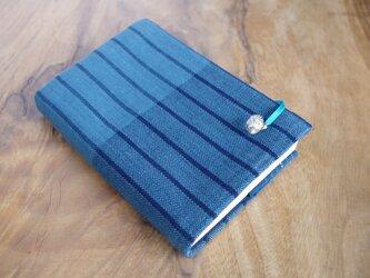 藍色手織り 縦縞ブックカバー⑨ 栞+花のボタン付き 文庫本サイズ(調整できます) の画像