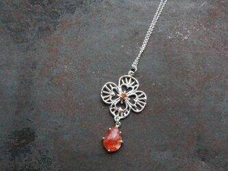 サンストーンのお花のネックレスの画像