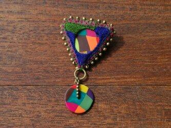 刺繍とクレイのカラフル三角ブローチの画像