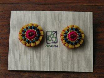 ミラー刺繍とガラスビーズの丸ピアス karasiの画像