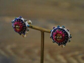 刺繍とクレイの丸イヤリングの画像