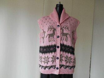 ピンク色のカウチン模様の編み込みベストの画像