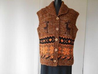 茶色のカウチン模様の編み込みベストの画像