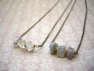 原石を3石並べたアンティークブロンズチェーンのバーネックレス ハーキマーダイヤモンド・ラブラドライトの画像