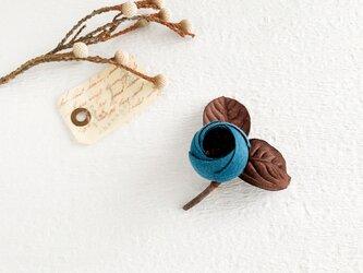 Brooch : コットン蕾のブローチ (アンティークブルー)の画像