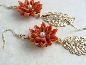 花とゴールドリーフのピアス オレンジの画像