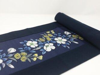 テーブルセンター70cm / 白バラとモッコウバラ*紺の画像