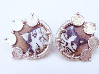 アゲ猫(陶芸)×飾屋しろがね  絵付け陶ボタン ピアスの画像