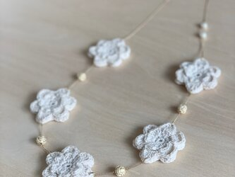 白い花のネックレス コットンの画像