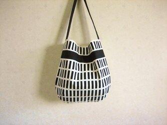 北欧風格子柄のワンハンドルバッグの画像