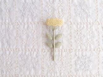 くものようなお花のブローチ きいろの画像