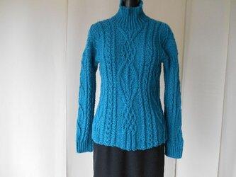 ブルー系の模様編みセーターの画像