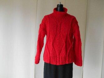 レッドモヘアの模様編みセーターの画像