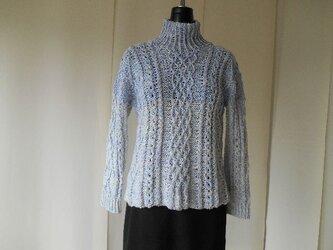 パープル系の模様編みセーターの画像