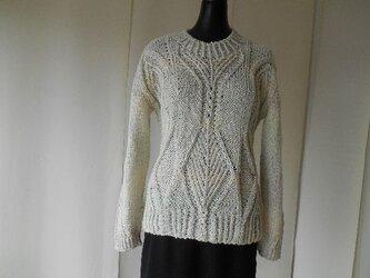 アイボリーの模様編みセーターの画像