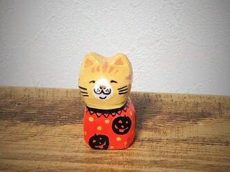 木彫りの小さな猫 ハロウィンの画像
